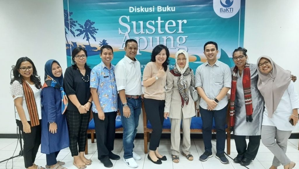 Book launch of Suster Apung, Dec 2019, with Arfan and Rabiah standing 3rd and 4th from the right